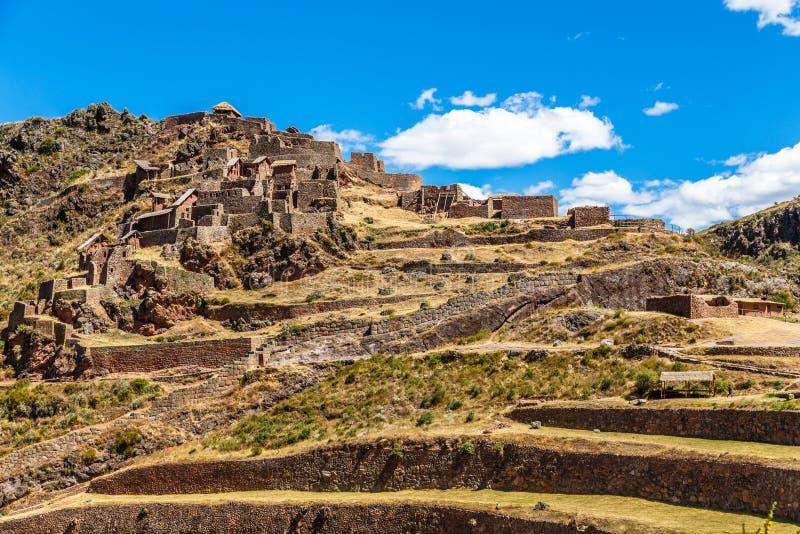Ruines de citadelle inca antique avec des terrasses sur la montagne, Pisac, Pérou photographie stock libre de droits