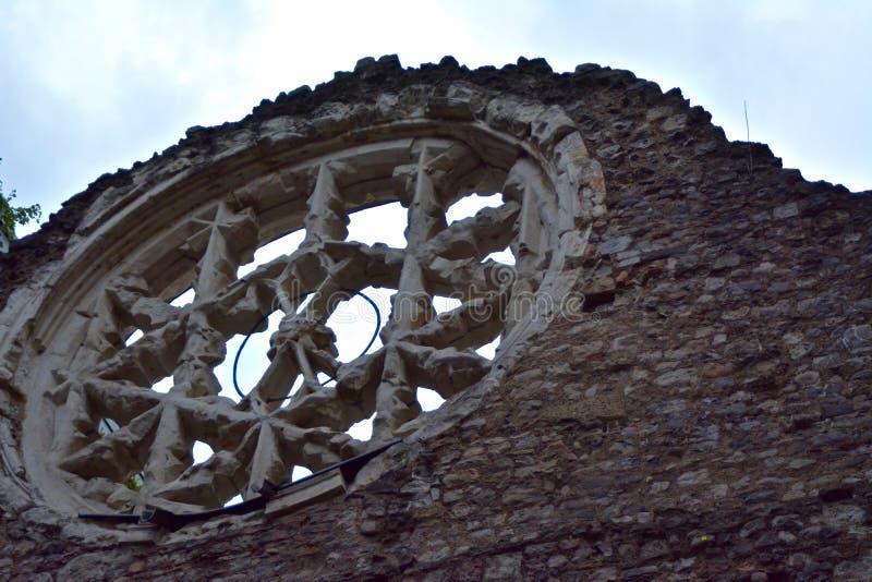 Ruines de fenêtre d'église photos stock