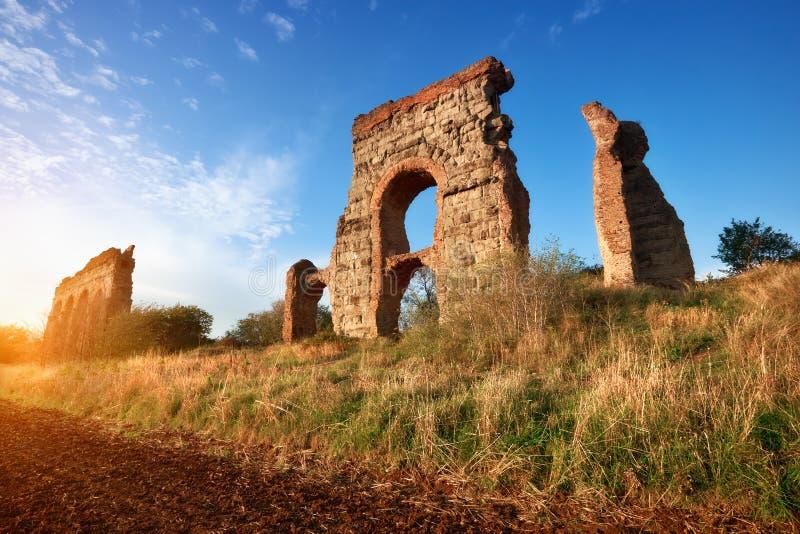 Ruines de l'aqueduc antique sur le chemin d'Appia à Rome, Italie photos stock