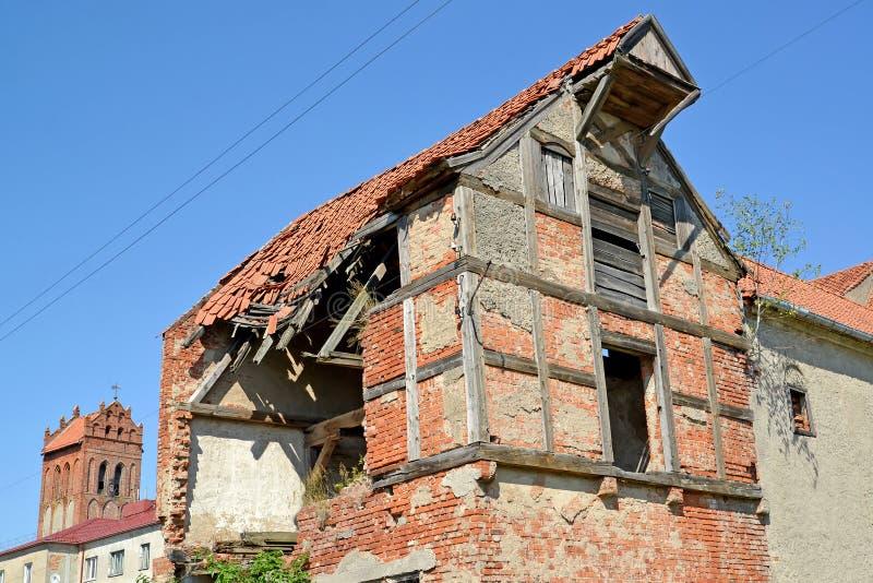 Ruines de la maison de rapport de la construction allemande Zheleznodorozhny, région de Kaliningrad photographie stock libre de droits