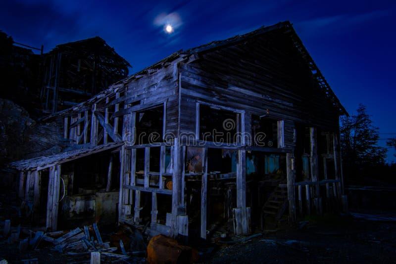 Ruines de la mine cachée Puerto Guadal Patagonia du Chili dans la région d'Aysen chile images libres de droits