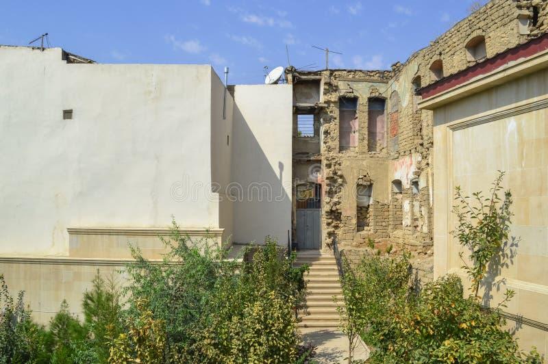Ruines de maison dans la vieille ville Bakou photos libres de droits