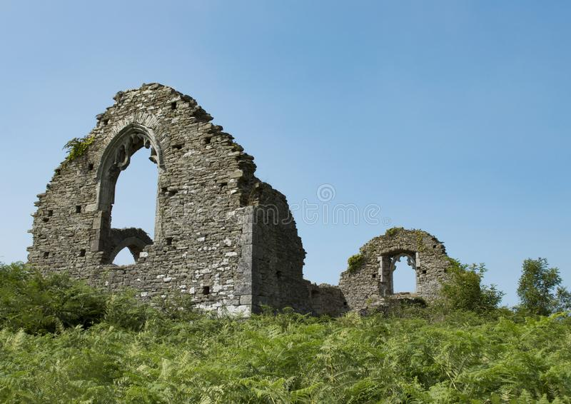 Ruines de Margam CHruch sur la colline avec le ciel bleu et l'herbe photographie stock