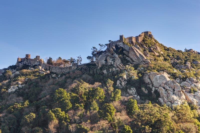 Ruines de mur de vintage du château Mouros sur la colline photo stock