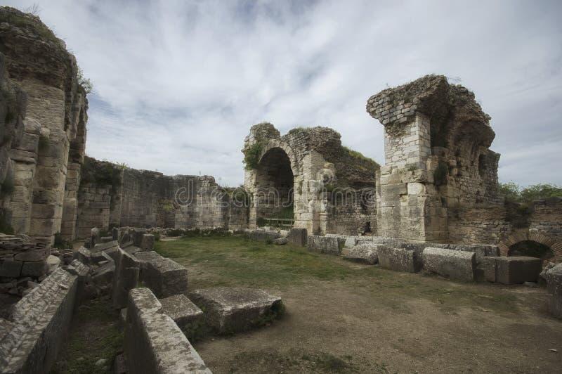 Ruines de piscine de bain de Fausta et de sculpture antiques en lion dans la ville antique de Miletus, TurkeyView de côté de ruin photos libres de droits