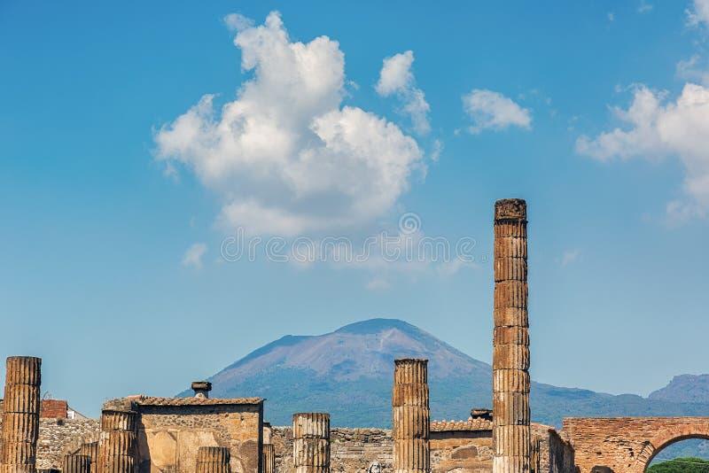 Ruines de Pompeii et de mont Vésuve image stock