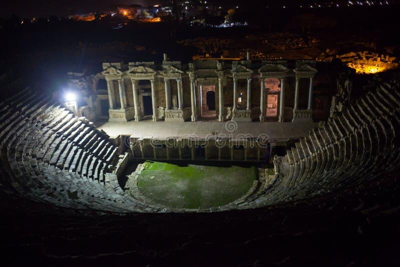 Ruines de théâtre dans la nuit dans Hierapolis antique, maintenant Pamukkale, Turquie photo stock