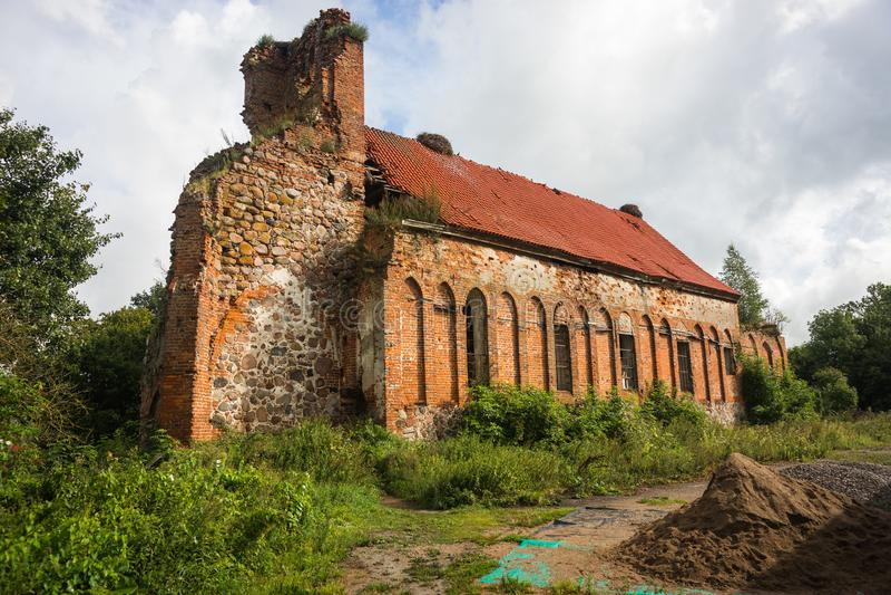 Ruines de vieille église allemande dans la proximité de Baltiysk, Russie images stock