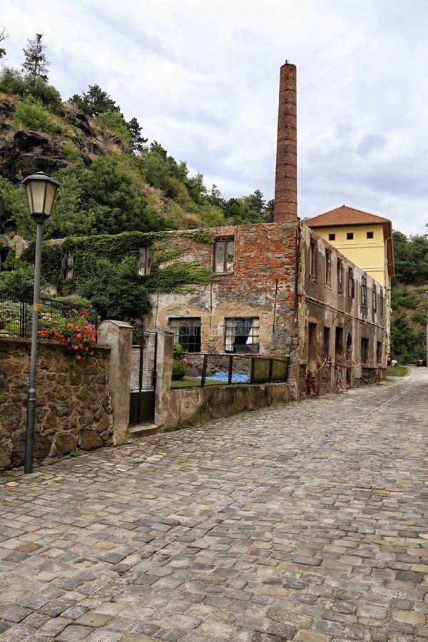 Ruines de vieille usine avec la cheminée simple images stock
