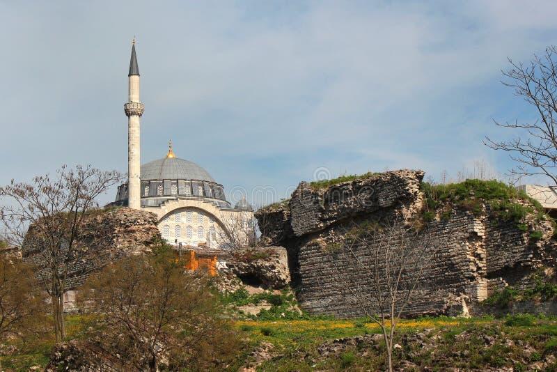 Ruines de vieux murs de Constantinople et de Mihrimah Sultan Mosque à Istanbul, Turquie photographie stock
