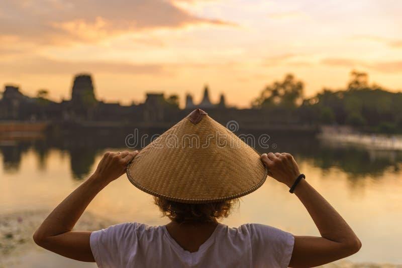 Ruines de visite de touristes d'un Angkor Vat au lever de soleil, destination Cambodge de voyage Réflexion sur l'étang d'eau parm images libres de droits