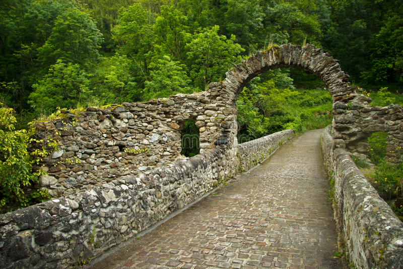 Ruines der alten Brücke nahe Foix stockfoto