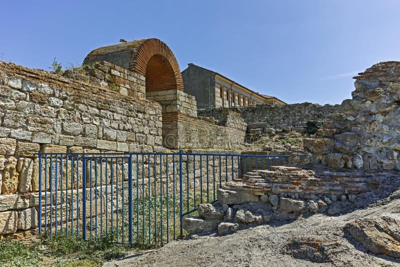Ruines des fortifications antiques à l'entrée de la vieille ville de Nessebar, Bulgarie photographie stock