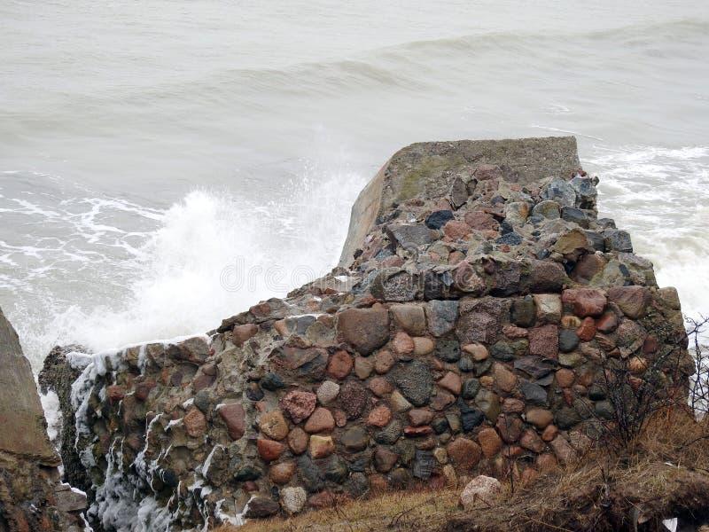 Ruines des forts du nord sur la côte de mer baltique, Lettonie photo stock