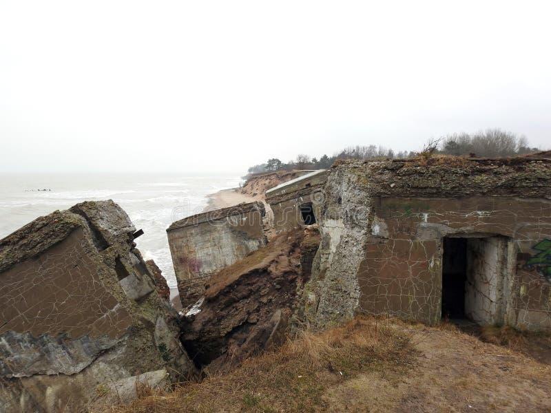 Ruines des forts du nord sur la côte de mer baltique, Lettonie photographie stock