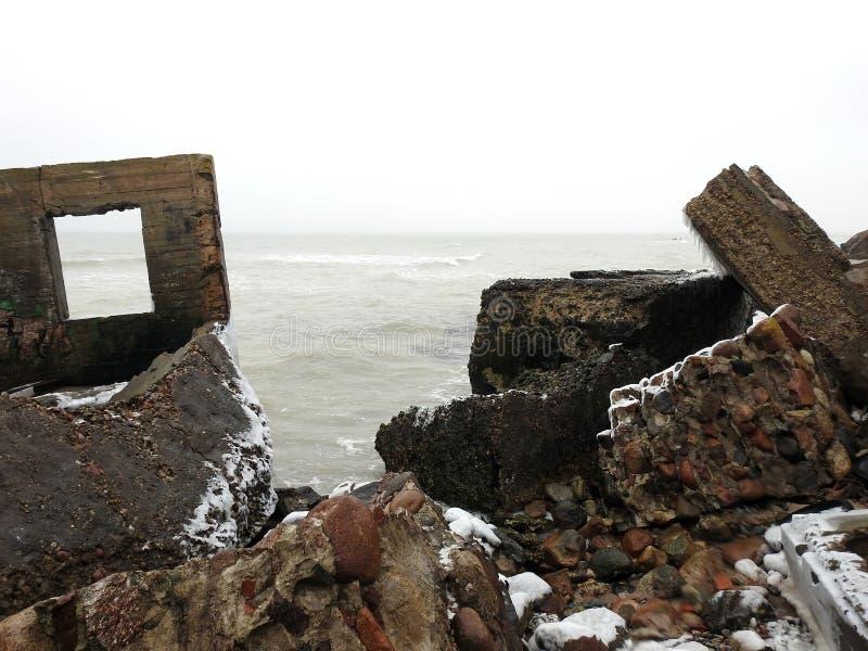 Ruines des forts du nord sur la côte de mer baltique, Lettonie image libre de droits