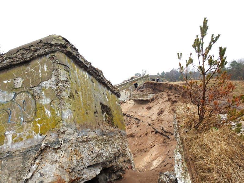 Ruines des forts du nord sur la côte de mer baltique, Lettonie photographie stock libre de droits