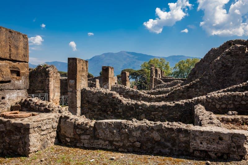 Ruines des maisons à la ville antique de Pompeii photographie stock