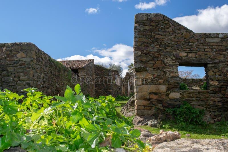 ruines des maisons dans le village abandonné photographie stock libre de droits