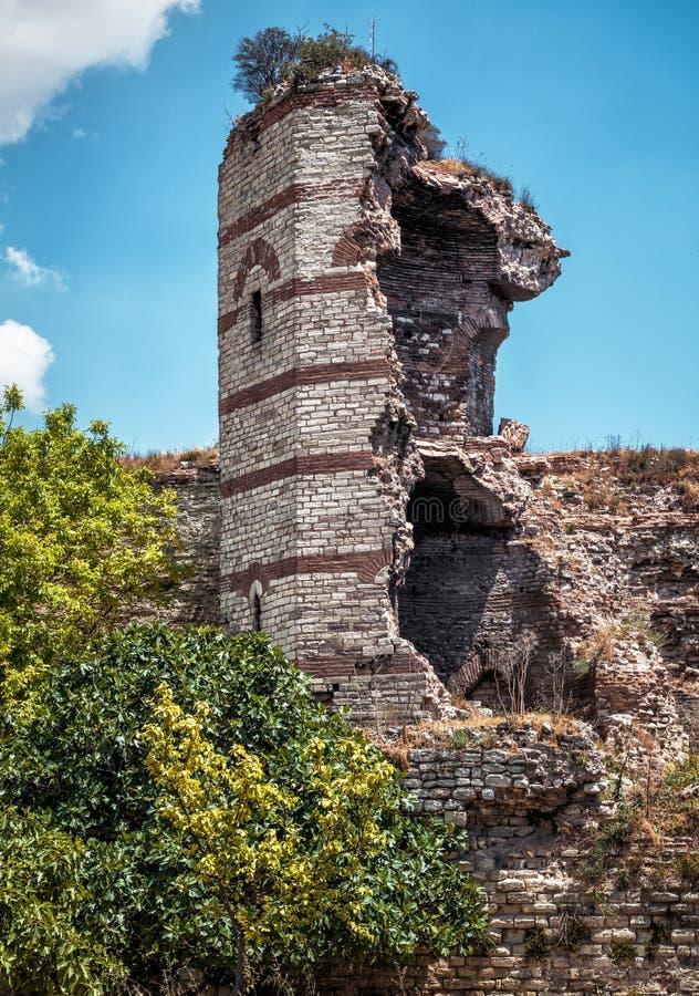 Ruines des murs antiques célèbres de Constantinople, Istanbul photographie stock libre de droits