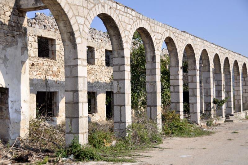 Ruines du bâtiment détruit dans la région de Donetsk photos stock