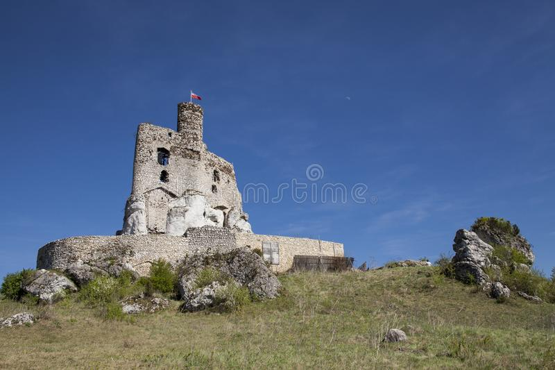 Ruines du château dans Mirow à côté de castel dans Bobolice Retranchez-vous dans le village de Mirow en Pologne, Jura Krakowsko-C images libres de droits