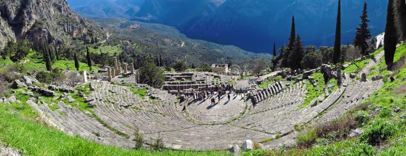 Ruines du temple d'Apollo antique à Delphes, donnant sur la vallée de Phocis image stock