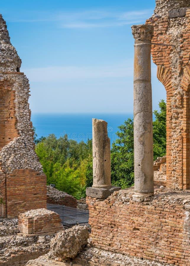 Ruines du théâtre du grec ancien dans Taormina avec la mer à l'arrière-plan Province de Messine, Sicile, Italie du sud photographie stock libre de droits