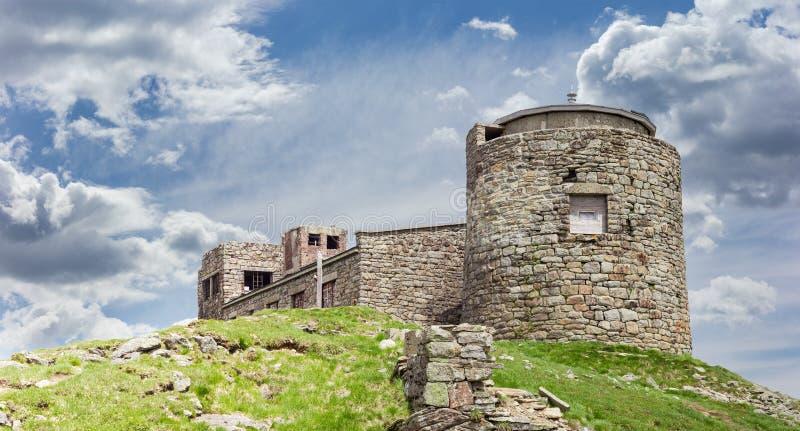 Ruines du vieil observatoire dans les Carpathiens orientaux photo libre de droits