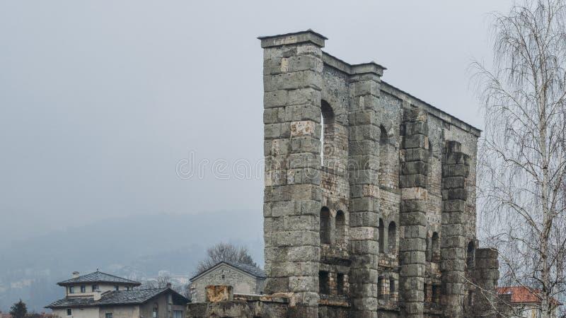 Ruines du vieux théâtre romain établi vers la fin du règne d'Augustus dans Aosta, Italie photo stock