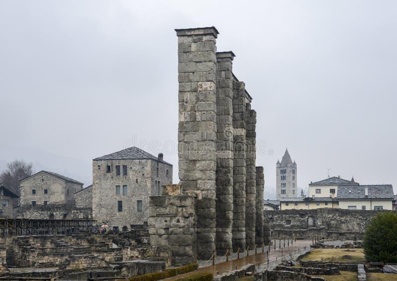 Ruines du vieux théâtre romain établi vers la fin du règne d'Augustus dans Aosta, Italie images stock
