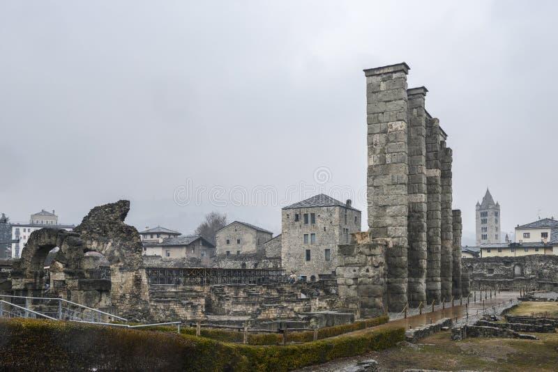 Ruines du vieux théâtre romain établi vers la fin du règne d'Augustus dans Aosta, Italie photo libre de droits