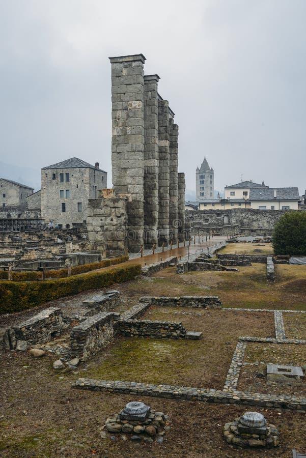 Ruines du vieux théâtre romain établi vers la fin du règne d'Augustus dans Aosta, Italie photos libres de droits