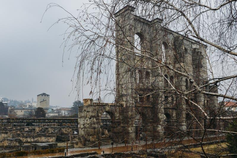 Ruines du vieux théâtre romain établi vers la fin du règne d'Augustus dans Aosta, Italie, quelques décennies après la base de la  image stock