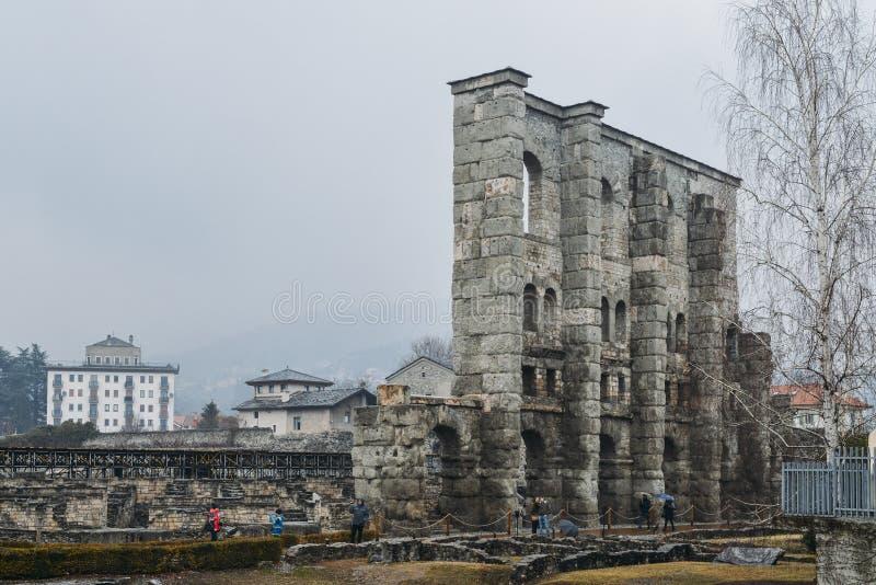 Ruines du vieux théâtre romain établi vers la fin du règne d'Augustus dans Aosta, Italie, quelques décennies après la base de la  photos stock