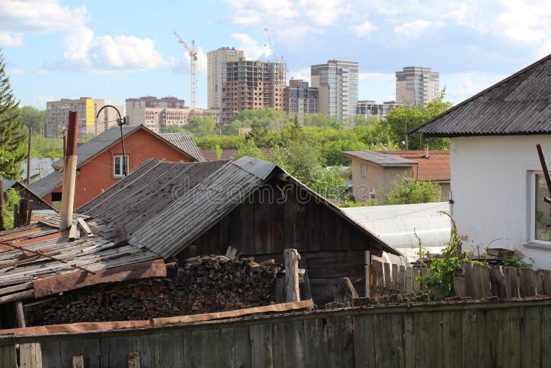 Ruines en bois de maisons d'entrée de porche vieilles abandonnées dans la cour sibérienne de village de conseils image stock
