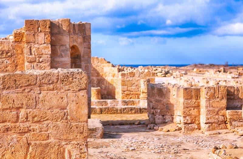 Ruines en pierre antiques avec le ciel bleu photos stock