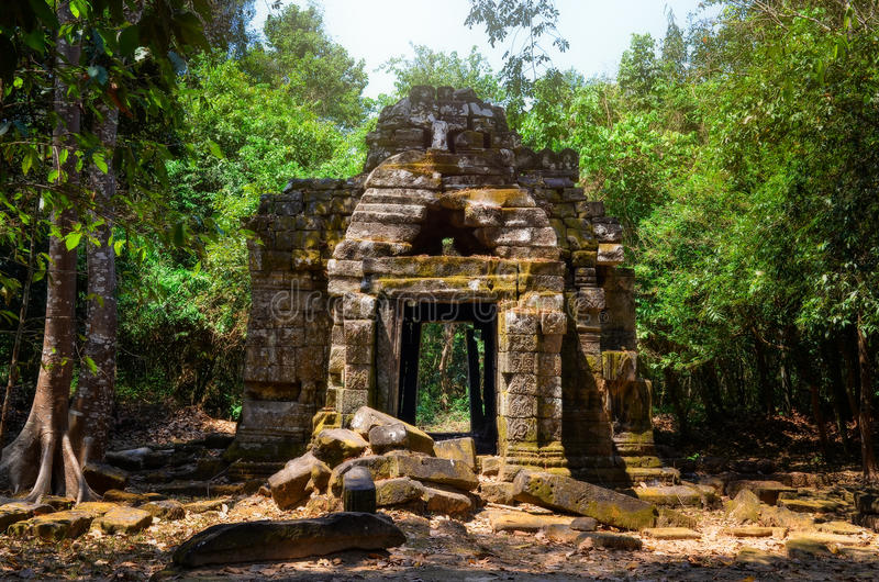 Ruines en pierre antiques de temple dans la jungle, Angkor Vat photos libres de droits