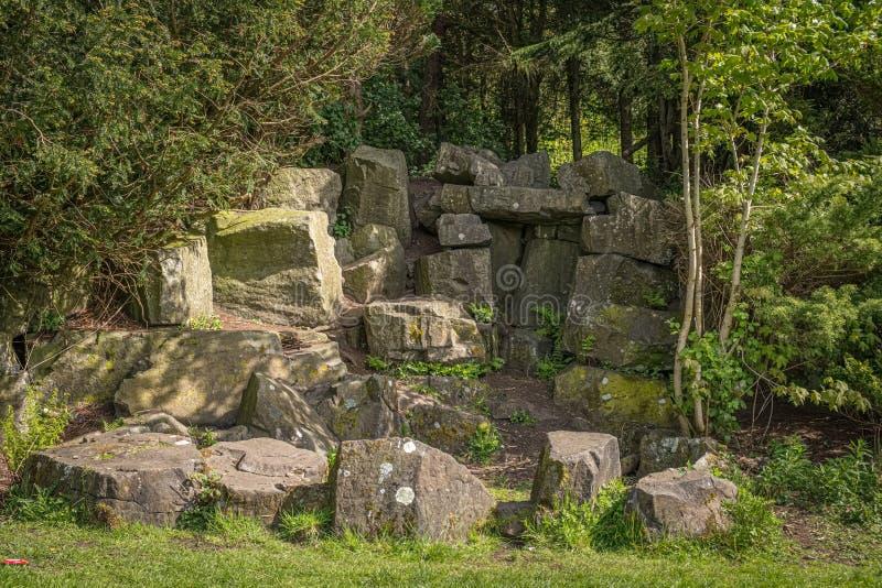 Ruines en pierre antiques réglées dans les arbres mûrs en Ecosse images libres de droits