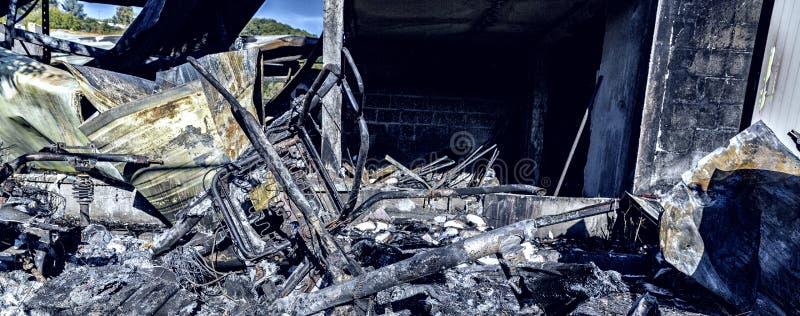Ruines endommagées brûlées de la voiture détruite métallique photo stock