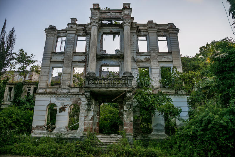Ruines envahies de palais abandonné, Abkhazie Concept courrier-apocalyptique vert photo libre de droits