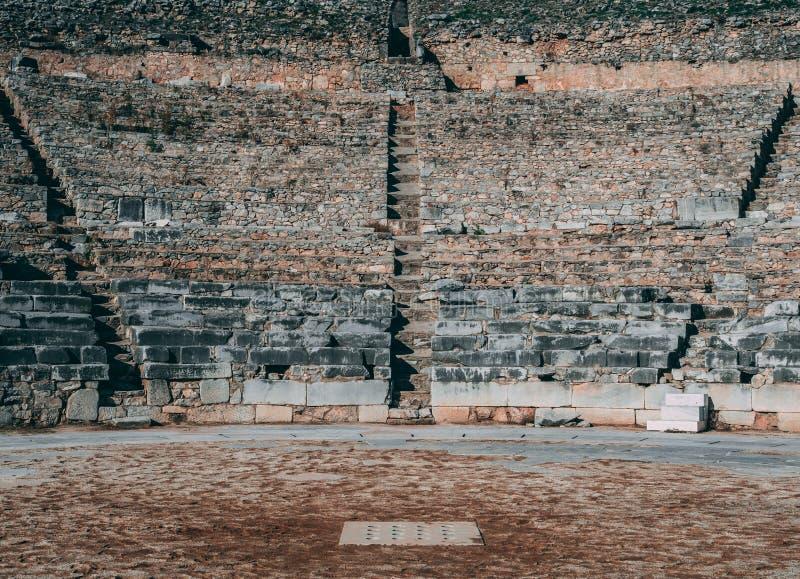 Ruines grecques en pierre antiques d'amphith??tre photos stock