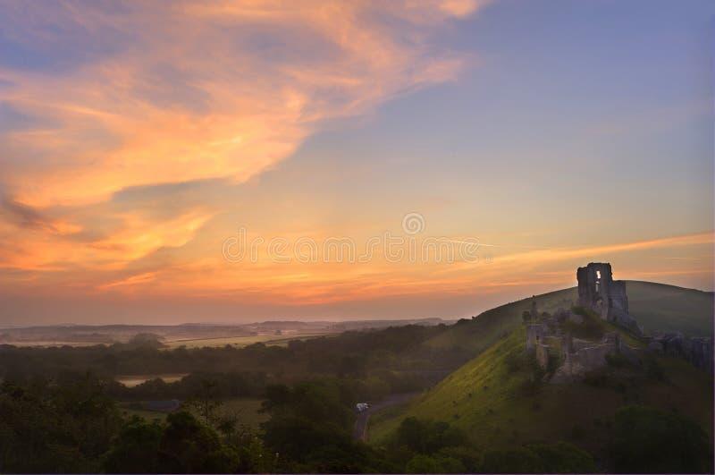 Ruines magiques romantiques de château contre le lever de soleil photos stock