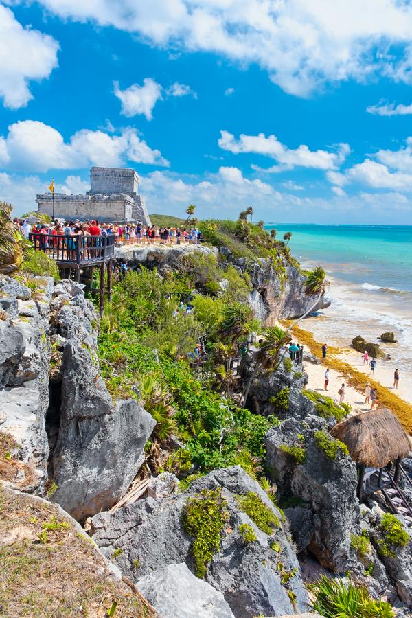 Ruines maya antiques sur une falaise par le bord de la mer chez Tulum au Mexique photographie stock libre de droits