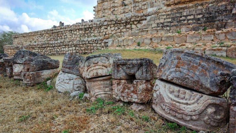 Ruines Mayans в поле стоковые фото