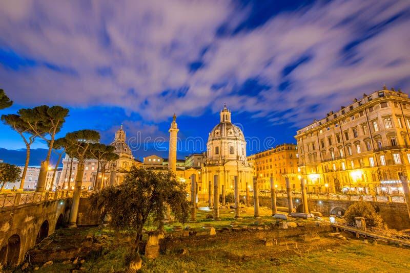 Ruines romanos durante la igualación de horas en Roma Italia fotografía de archivo