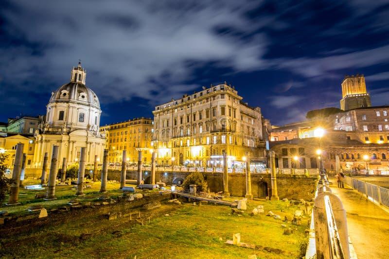 Ruines romanos durante la igualación de horas en Roma Italia imagen de archivo