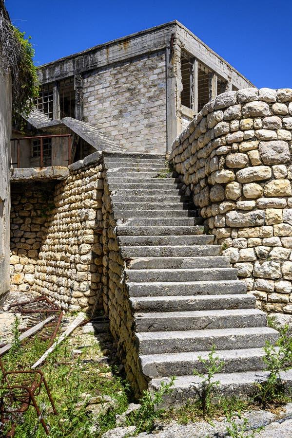 Ruines sur la prison d'otok de Goli en Croatie photographie stock libre de droits