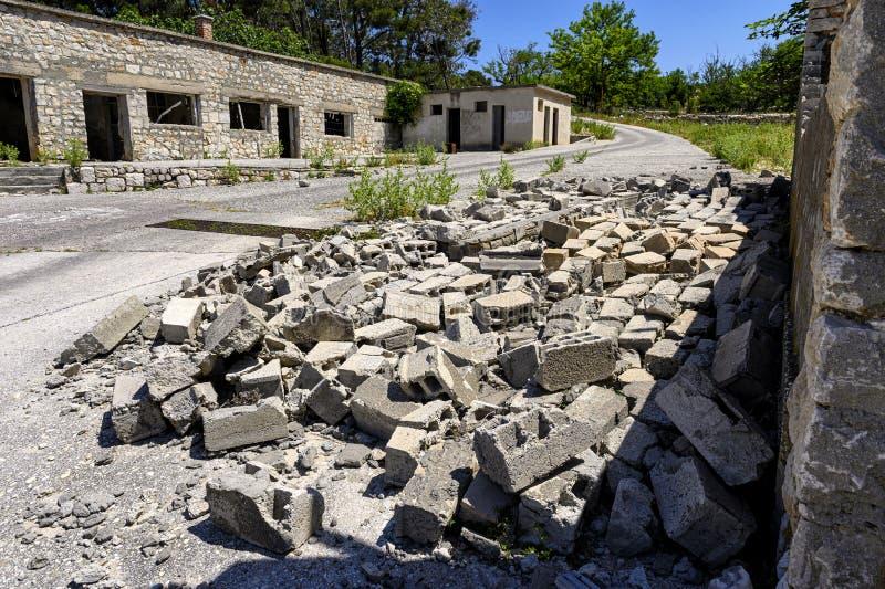 Ruines sur la prison d'otok de Goli en Croatie photos libres de droits