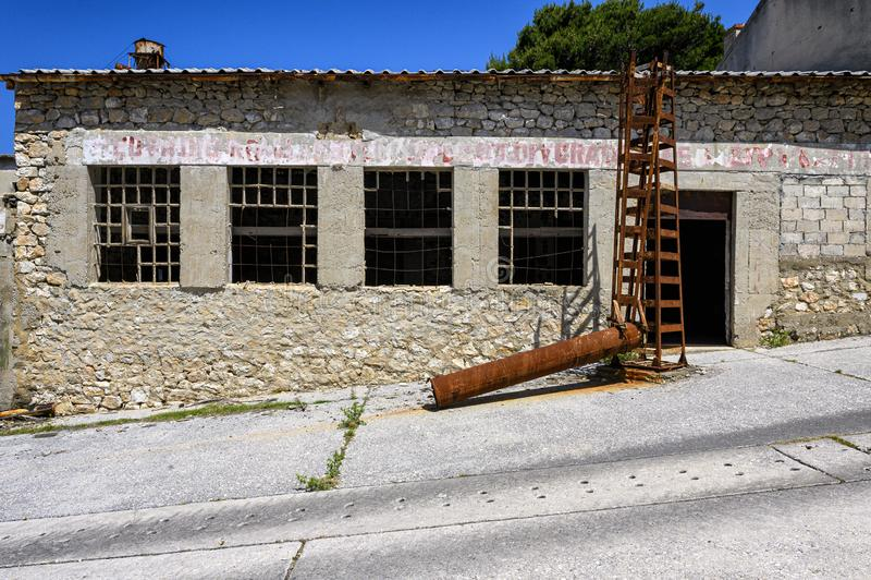 Ruines sur la prison d'otok de Goli en Croatie photo libre de droits